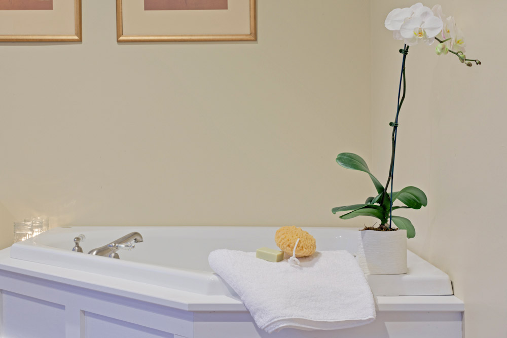 The Mansion at Noble Lane: Relax and unwind, our air-jetted tubs are sure to take you there